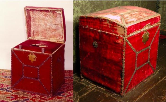 Стул с крышкой для отправления естественных потребностей, обтянутый алым бархатом. Ок. 1660 г.