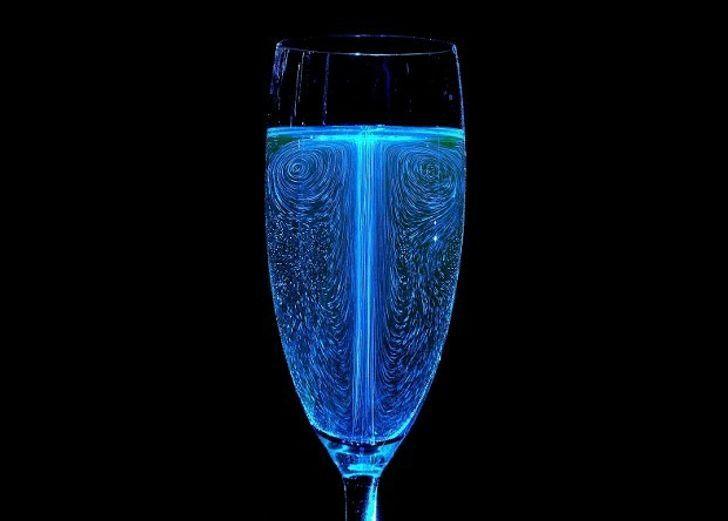 Физики раскрыли роль пузырьков во вкусе шампанского