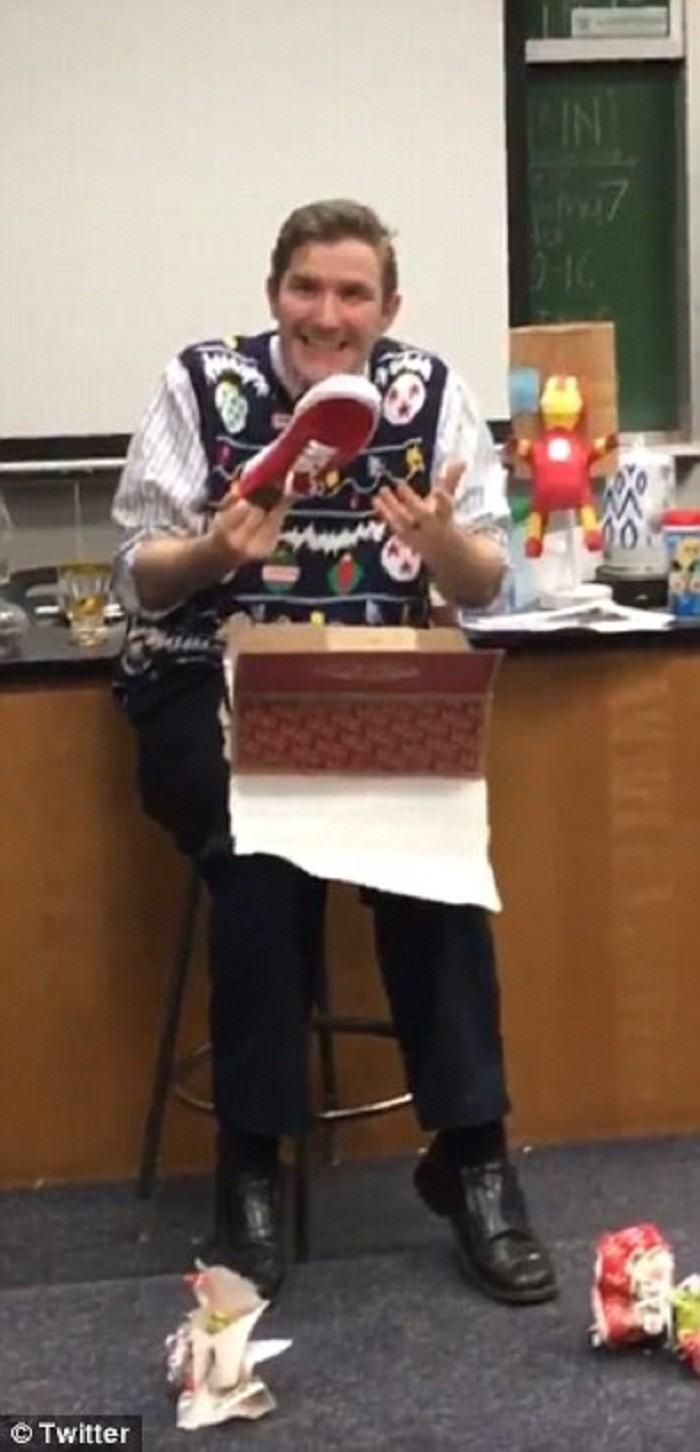 Учитель радуется, как дитя, получив в подарок от учеников модные кеды