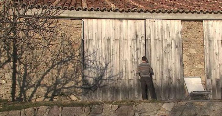 Этот парень живет с семьей в заброшенном коровнике. Когда он открыл дверь, я ахнула!
