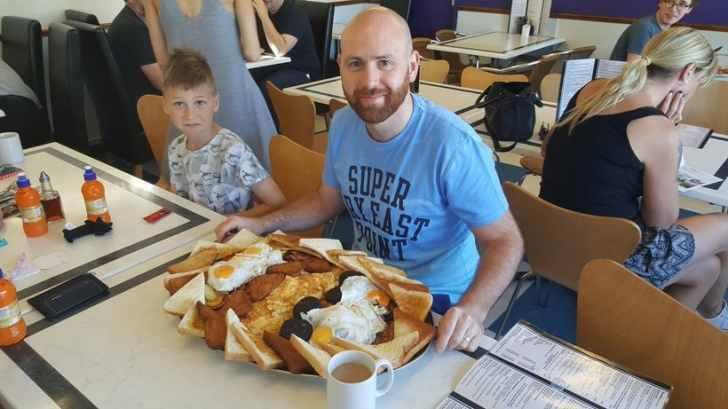 В этом кафе подают бесплатный сытный завтрак!