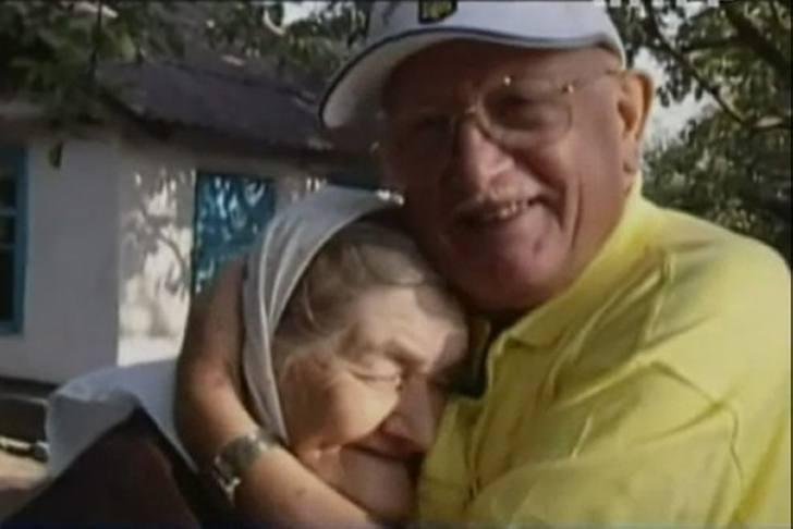 Ночью в концлагере мужчина тайно срезал ее волосы. Через 65 лет он…