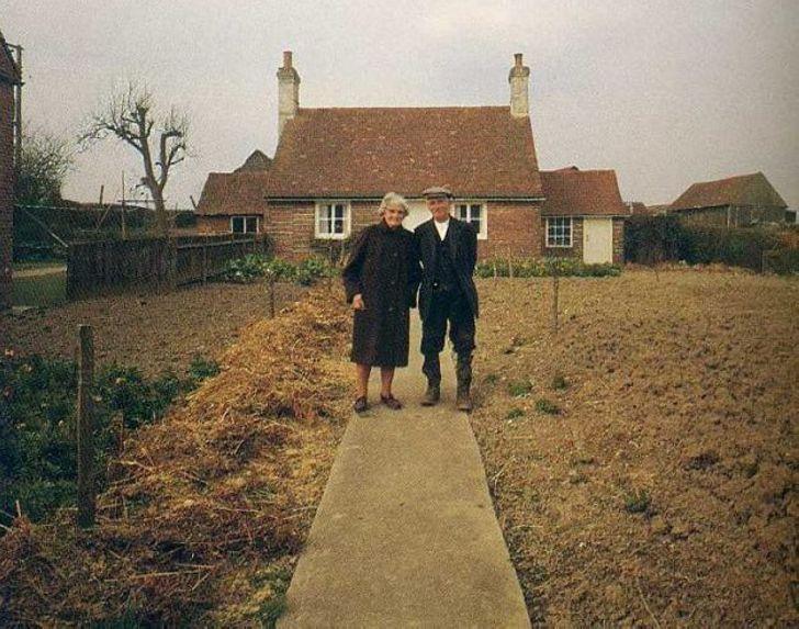 Пожилая пара фотографировалась каждый год. До этого дня…
