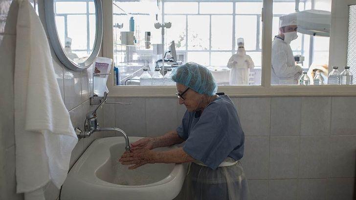 Ей 89, а она до сих пор делает по 4 операции в день в больнице в Рязани!