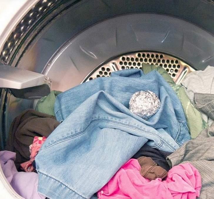 Она бросила в стиральную машину шарик из фольги. Теперь я тоже так делаю!