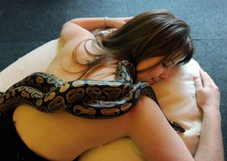 Девушка обожала спать с питоном, но змея вдруг стала худеть… Узнав, в чём дело, я содрогнулся!