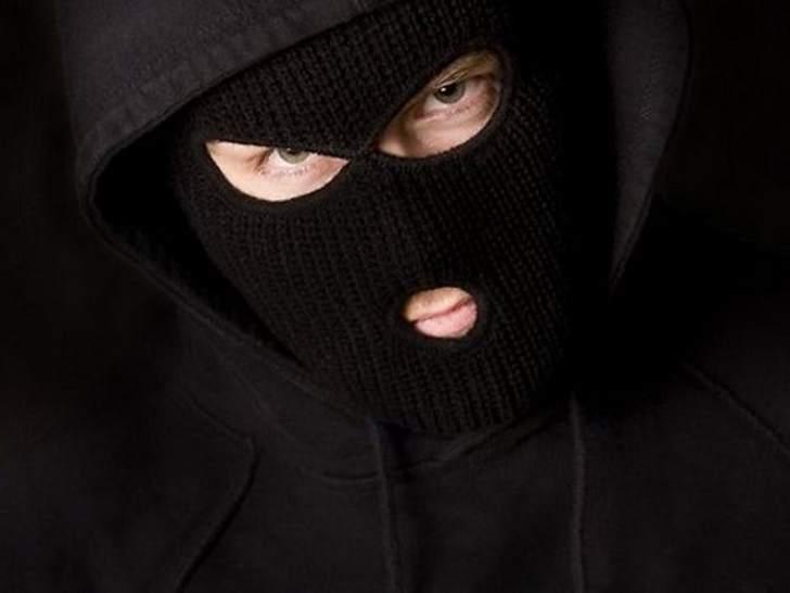 Грабитель ворвался ночью в дом. Внезапно он слышит голос…