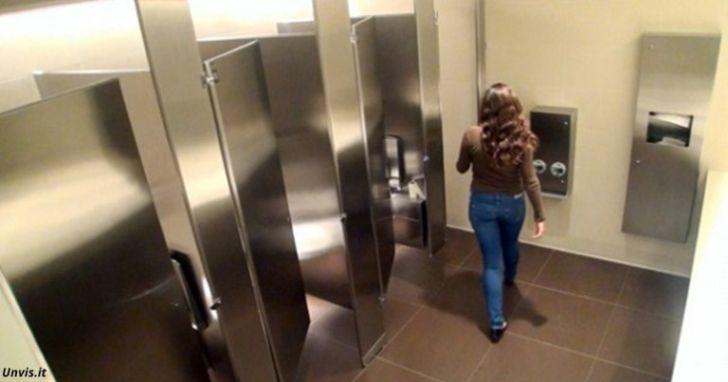 Если вы видите ЭТО в общественном туалете — уходите немедленно!