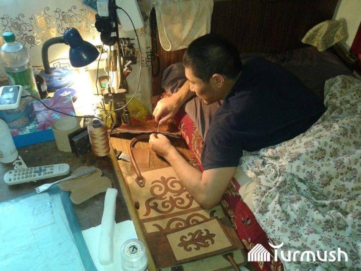 Жена бросила его умирать, но он не сдался, а начал шить сумки из кожи