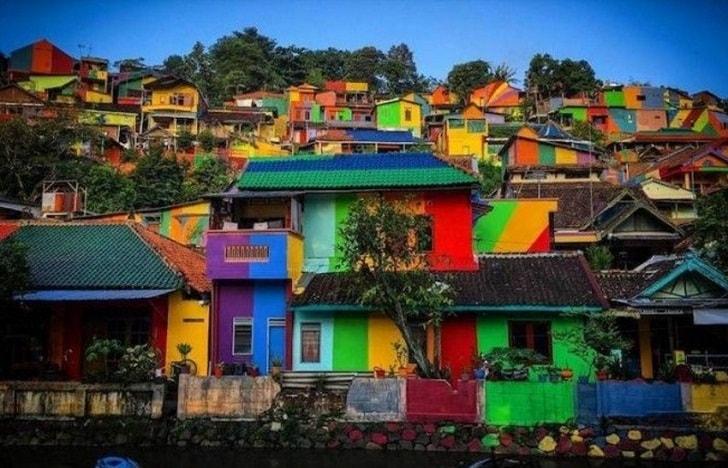 Как унылый городок превратился в Радужную деревню