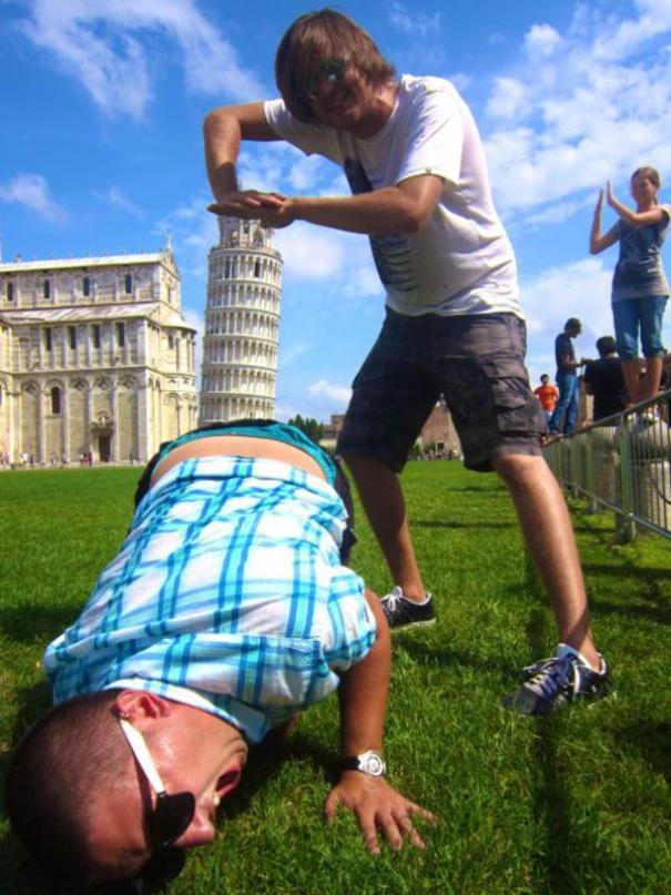 10 смешных фотографий с падающей Пизанской башней