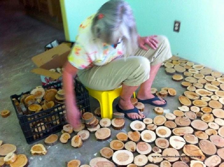 Оригинальный пол из деревянных спилов